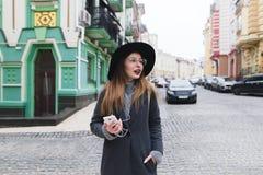 漫步通过老镇和微笑的街道的时髦的妇女游人 走沿街道的女孩 库存照片