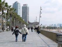 漫步巴塞罗那的夫妇 免版税库存照片