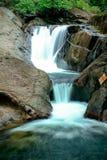 漫过岩石的小瀑布本质上 库存图片