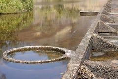 漫过continuosly一座公开纪念碑的水 免版税图库摄影