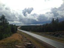漫长的路方式 距离,沥青,天空 让` s出发!路消失对大开蓝天,高速公路,路throu 免版税库存图片