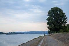 潘切沃桥梁最Pancevacki在贝尔格莱德,塞尔维亚,看见从很远,在多瑙河码头 免版税库存图片