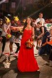 潘切沃-塞尔维亚06 17 2017年 红色礼服的愉快的女孩在狂欢节 免版税库存图片