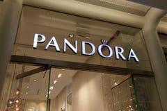 潘多拉在Westfield世界贸易中心购物中心的首饰店的标志在更低的曼哈顿 免版税库存图片