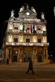 潘普洛纳的市政厅在晚上 免版税库存图片