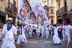 潘普洛纳,西班牙- 7月8 :有横幅的人步行沿着向下stre的 库存图片