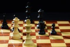 潜伏在阴影的危险!在戏剧的下棋比赛 库存照片