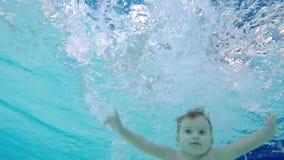 潜水入水池的一个小男孩的水下的英尺长度 股票录像