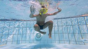 潜水入水池的孩子的水下的摄制 股票录像