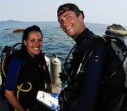 潜水员女性男性水肺 免版税库存照片