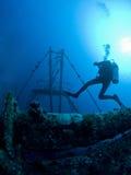 潜水员水肺水下的击毁 免版税库存照片