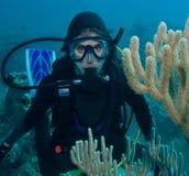 潜水员水肺水下的妇女 免版税库存照片