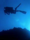 潜水员sipadan水肺的剪影 图库摄影