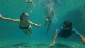 潜水在游泳场的幸福家庭的慢动作水下的射击 健康生活方式,活跃父母 股票视频