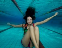 潜水女孩愉快的池 库存图片