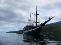 潜水的徒步旅行队的一条经典木印度尼西亚小船 库存图片