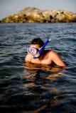 潜水的英俊的人屏蔽夏天游泳 免版税库存照片