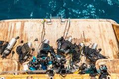 潜水的面具、鸭脚板和废气管在游艇 库存照片