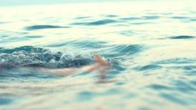潜水的面具的女孩游泳在水面下在海的 其中每一设立了风镜有节假日课程桃红色海运海边游泳游泳轮子的女孩 股票视频