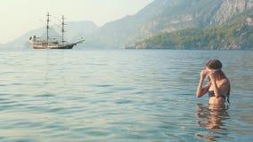 潜水的面具的少女游泳在水面下在海的 小女孩潜水在海 影视素材