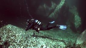 潜水者水下在透明河Verzasca 股票视频