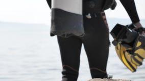 潜水者采取准备好的面具和的鸭脚板对浸没 影视素材