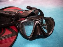 潜水风镜和飞翅 以后的夏天 库存图片