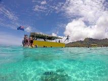 潜航在一个盐水湖的游人在拉罗通加库克群岛 图库摄影
