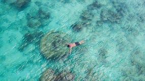 潜航在天堂清楚的水中的假期旅游废气管人游泳 游泳在水晶水域和珊瑚礁的男孩snorkeler 免版税库存图片