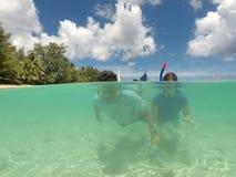 潜航在拉罗通加库克群岛的夫妇 库存照片