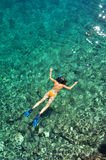 潜航在橙色比基尼泳装的海的妇女 免版税库存图片