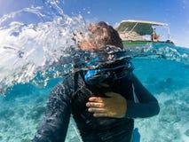 潜航在波里尼西亚热带水晶水域中 免版税库存图片