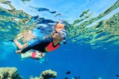 潜航在海洋的家庭 免版税库存图片