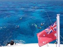 潜航在海洋,人们在礁石海漂浮 免版税库存图片