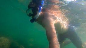 潜航在海的一个人的Ultrahd慢动作水下的射击在一个troical海岛 股票录像