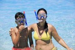 潜航在海滩的母亲和儿子 免版税库存图片