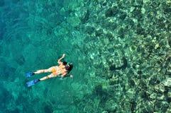 潜航在热带水中的少妇在度假 库存照片