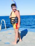 潜航在红海的孩子 库存照片