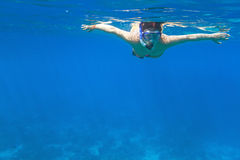 潜航在蓝色海运的妇女 免版税库存图片