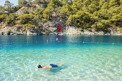 潜航在蓝色盐水湖在Oludeniz,土耳其 库存照片