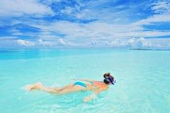 潜航在马尔代夫海岛的泳装的一名妇女 免版税图库摄影