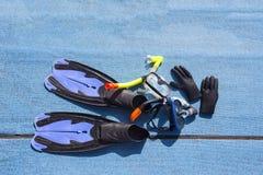 潜航的一个好集合与飞翅、面具、管和glowes 库存照片