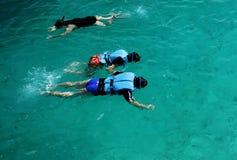 潜航的人们 免版税库存图片