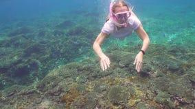 潜航的女孩在水面下 影视素材