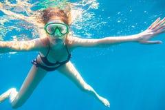 潜航的妇女年轻人 库存照片