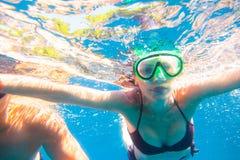 潜航的妇女年轻人 库存图片