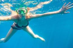 潜航的妇女年轻人 免版税库存照片