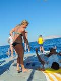 潜航的比基尼泳装的女孩 库存照片