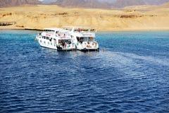 潜航的游人和马达游艇在红海 图库摄影