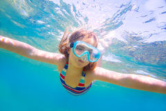 潜航的白肤金发的孩子女孩水下的风镜和泳装 图库摄影
